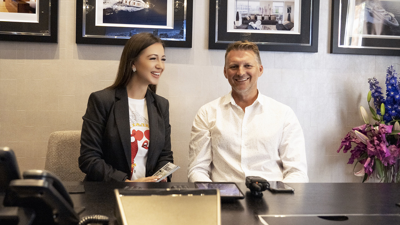 Elvira Gavrilova in un incontro con l'uomo d'affari inglese Glyn Hutchinson, direttore vendite di Icon Connect.
